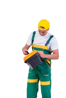 Jeune homme avec une boîte à outils isolé sur blanc
