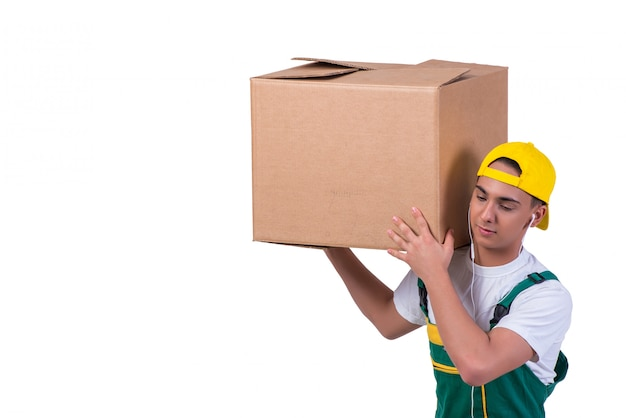 Jeune homme, boîtes de déménagement isolés sur blanc