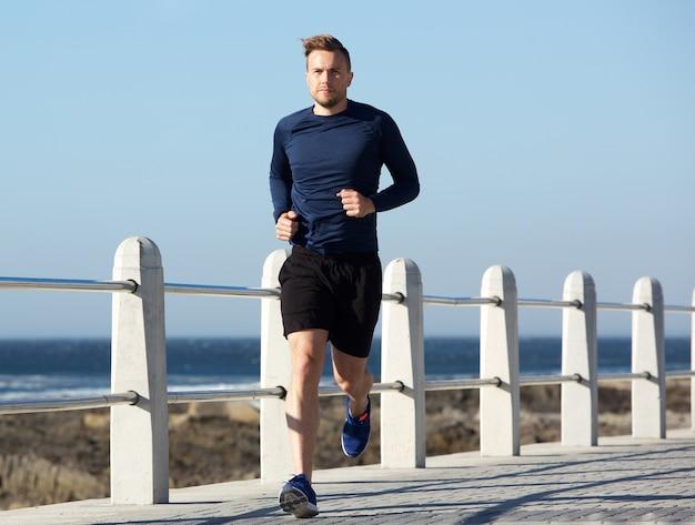 Jeune homme en bonne santé va courir à l'extérieur