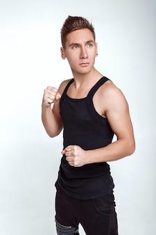 Jeune homme boxe