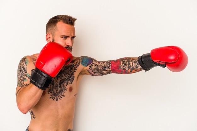 Jeune homme boxeur caucasien avec des tatouages isolé sur fond blanc
