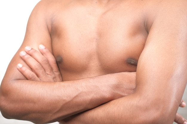 Jeune homme, à, bras croisés, projection, sien, poitrine