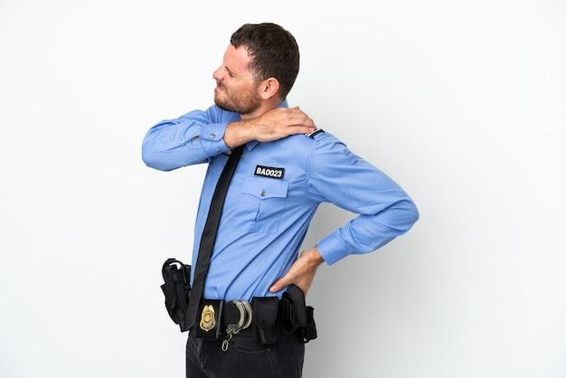 Jeune homme brésilien de police isolé sur fond blanc souffrant de douleurs à l'épaule pour avoir fait un effort