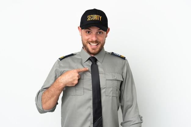 Jeune homme brésilien de sécurité isolé sur fond blanc avec une expression faciale surprise