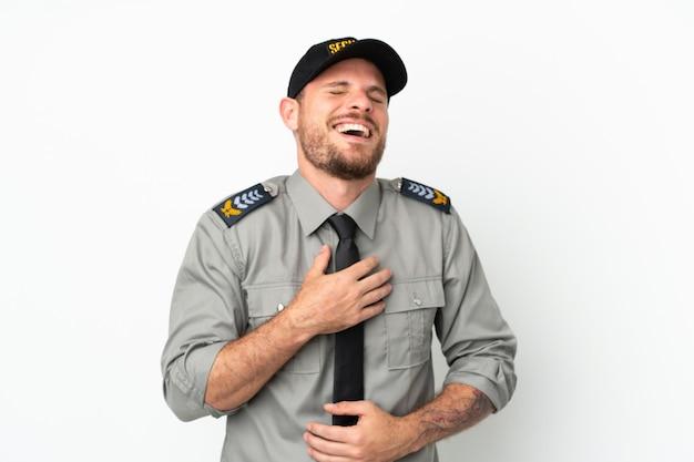 Jeune homme brésilien de sécurité isolé sur fond blanc souriant beaucoup
