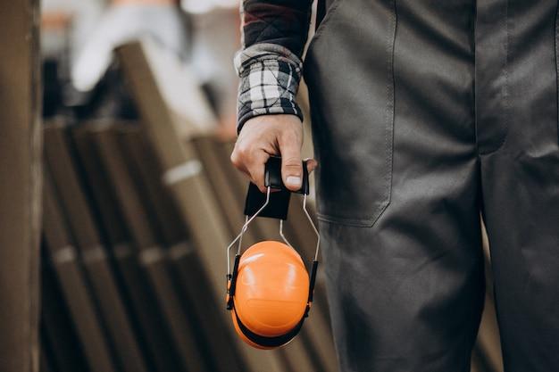 Jeune homme bricoleur avec des écouteurs de sécurité