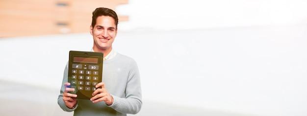 Jeune homme bronzé avec une calculatrice