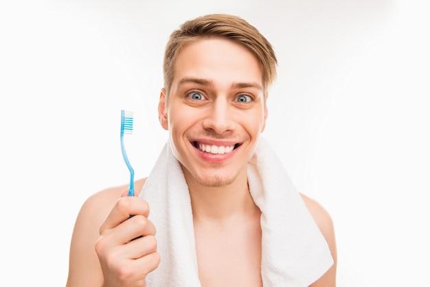 Jeune homme avec une brosse à dents