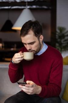 Jeune homme buvant du café dans un café