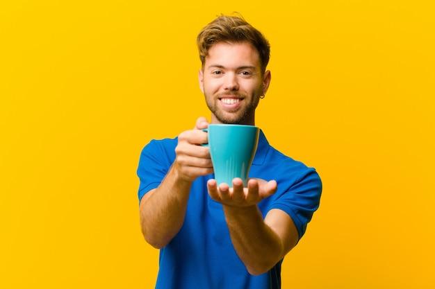 Jeune homme avec un café orange