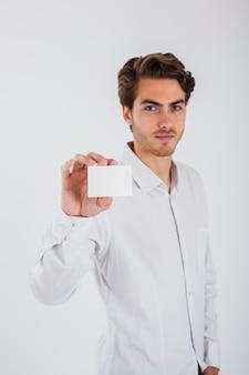 Jeune homme avec carte de visite