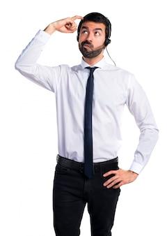 Jeune homme avec un casque ayant des doutes