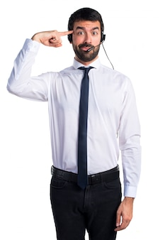 Jeune homme avec un casque faisant un geste fou