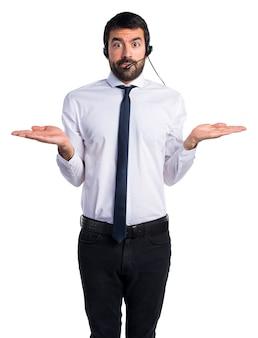 Jeune homme avec un casque faisant un geste sans importance