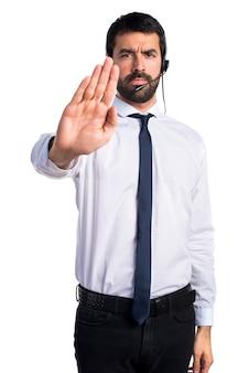 Jeune homme avec un casque faisant signe d'arrêt