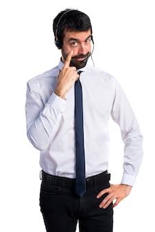Jeune homme avec un casque montrant quelque chose