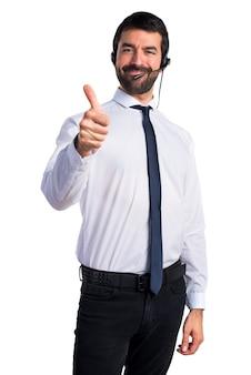 Jeune homme avec un casque avec le pouce vers le haut