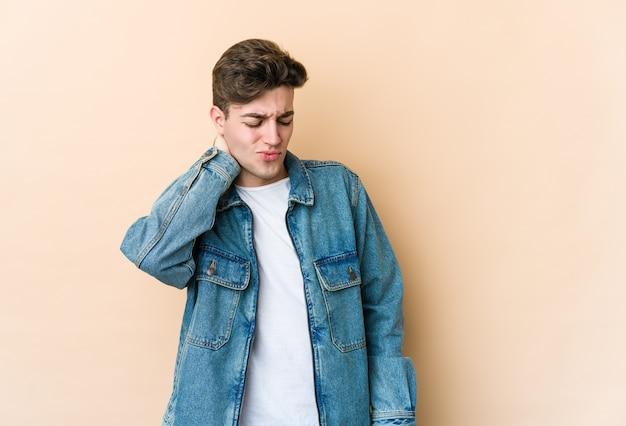 Jeune homme caucasien ayant une douleur au cou due au stress, en massant et en le touchant avec la main.