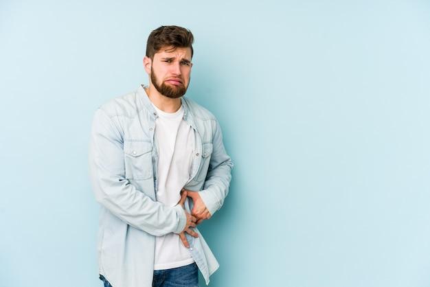Jeune homme caucasien ayant une douleur au foie, mal à l'estomac.
