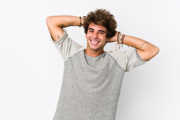 Jeune homme caucasien sur les bras étirés isolés blancs, position détendue.