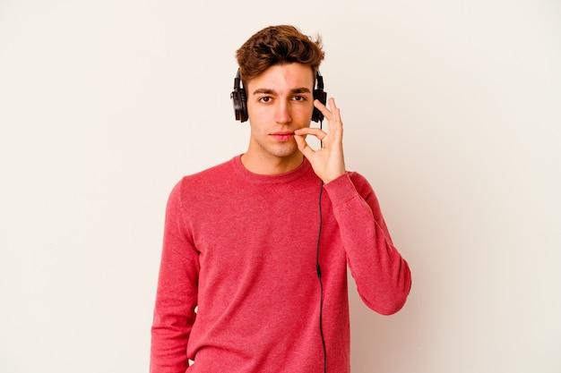 Jeune homme caucasien, écouter de la musique isolée