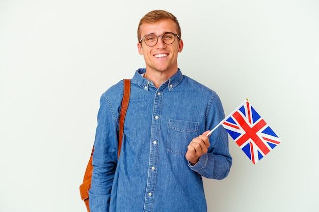 Jeune homme caucasien étudiant étudiant l'anglais isolé sur blanc heureux, souriant et joyeux.