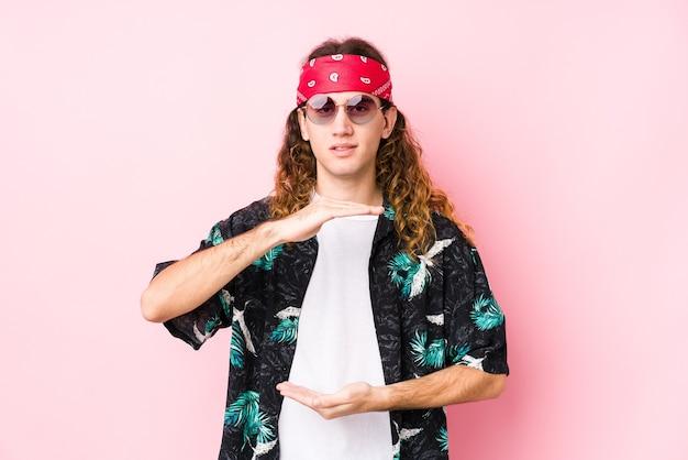 Jeune homme caucasien hippie