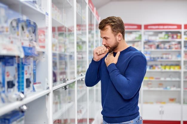 Jeune homme caucasien malade ayant une toux sèche