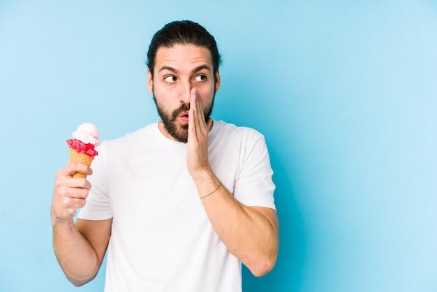 Jeune homme caucasien, manger une glace isolée dit une nouvelle secrète de freinage à chaud et à côté