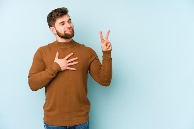 Jeune homme caucasien prêtant serment, mettant la main sur la poitrine.