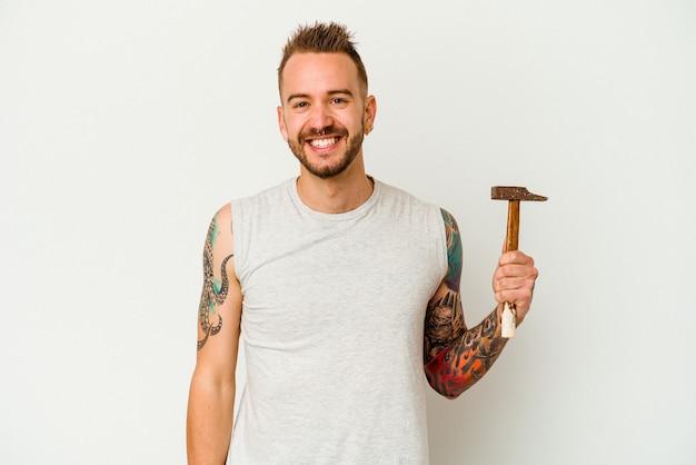 Jeune homme caucasien tatoué isolé sur fond blanc heureux, souriant et joyeux.