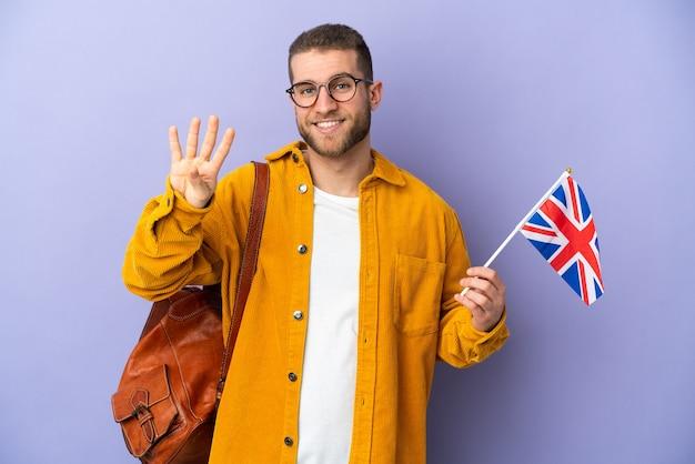 Jeune homme caucasien tenant un drapeau du royaume-uni isolé