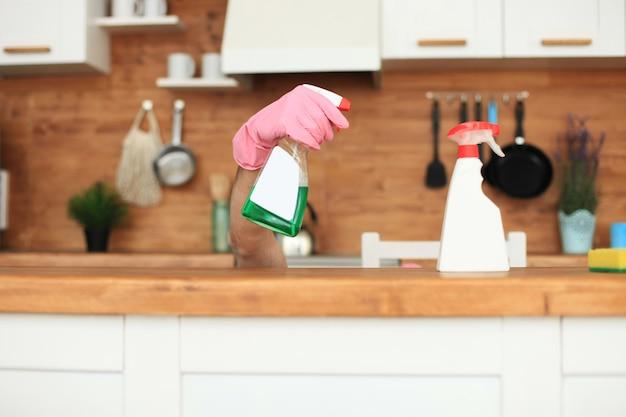 Jeune homme célibataire beau nettoyage cuisine moderne.