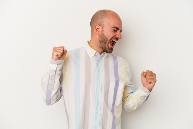 Jeune homme chauve isolé sur fond blanc dansant et s'amusant.
