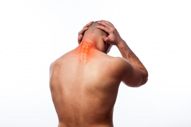 Jeune homme chauve sportif physique tient un cou malade