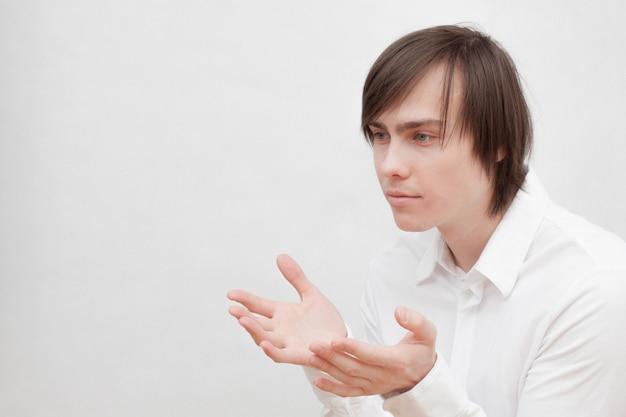 Jeune homme en chemise blanche.