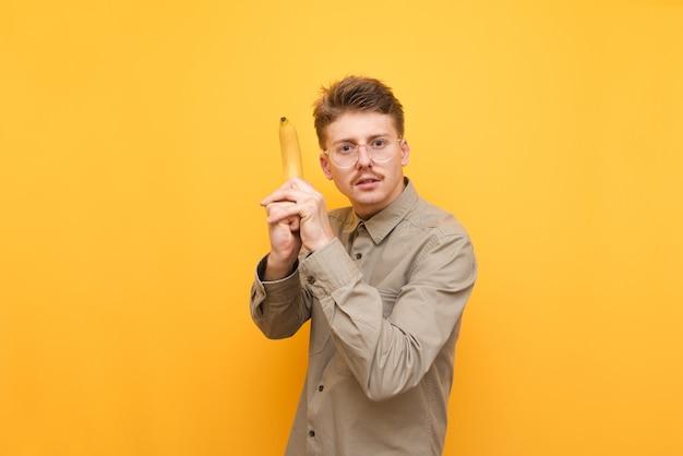 Jeune homme en chemise et lunettes isolés