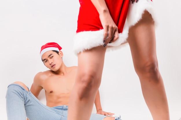 Jeune homme cherche femme sexy en père noël rouge.