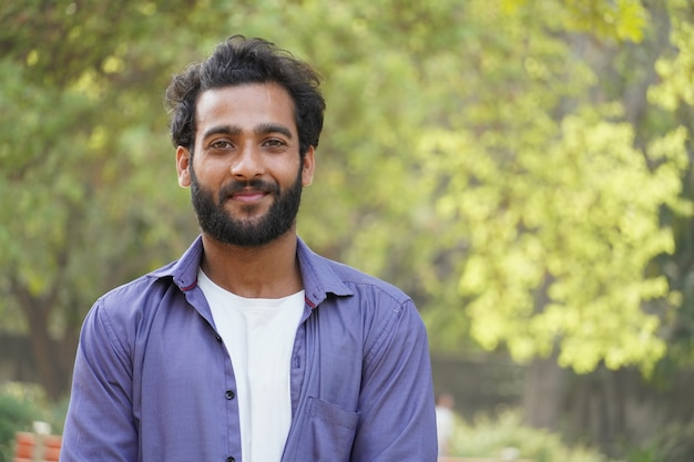 Jeune homme chercheur d'emploi va trouver un nouveau portrait de visage d'emploi