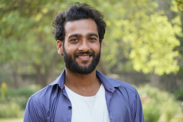 Jeune homme chercheur d'emploi va trouver un nouvel emploi face portrait visage heureux