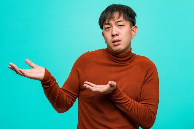 Jeune homme chinois confus et douteux