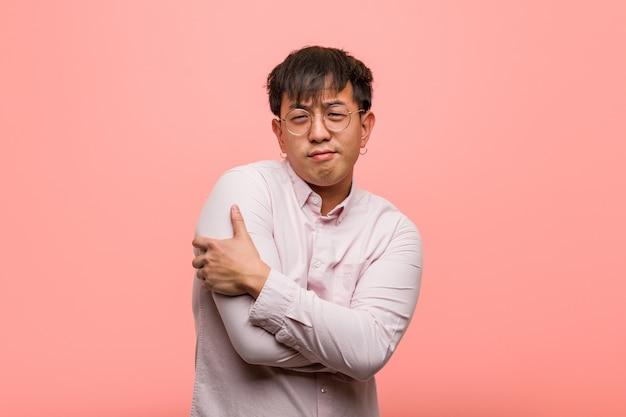 Jeune homme chinois donnant un câlin