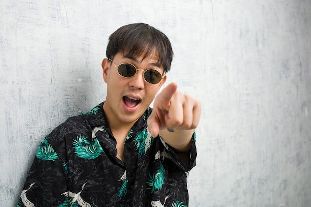 Un jeune homme chinois portant une tenue estivale rêve d'atteindre ses buts et objectifs