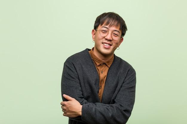 Jeune homme chinois portant des vêtements cool