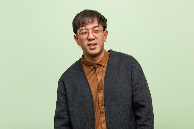 Jeune homme chinois vêtu d'un style de vêtements cool