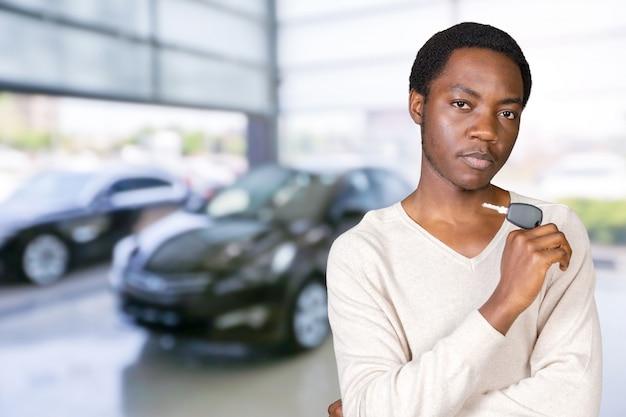 Jeune homme avec les clés debout