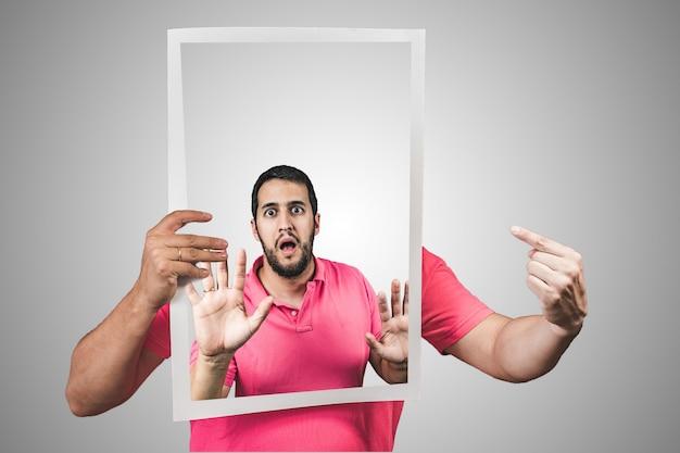 Jeune homme coincé à l'intérieur d'une affiche