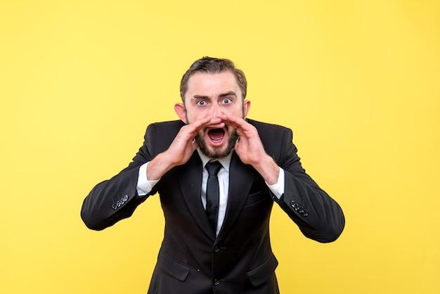 Jeune homme en colère appelant quelqu'un sur jaune