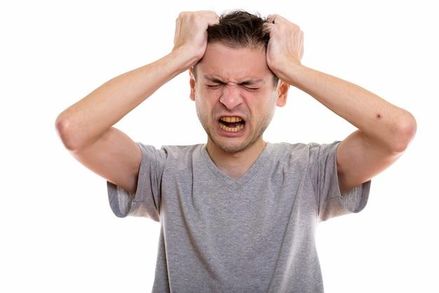 Jeune homme en colère, tirant ses cheveux