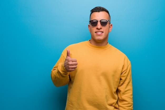 Jeune homme colombien souriant et levant le pouce